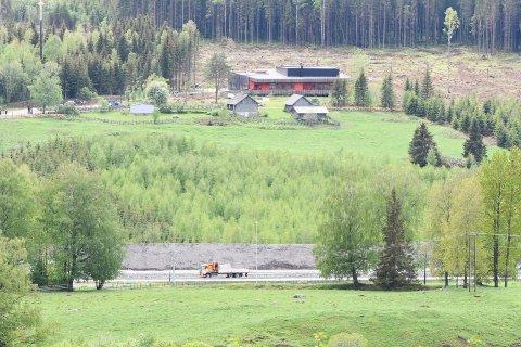 Bak jordvoller: E6 med ny jordvoll nederst i bildet. Prøysenstua og Prøysenhuset ses i bakgrunnen. Vedtatt politisk for seks år siden slår Ole Berg fast.