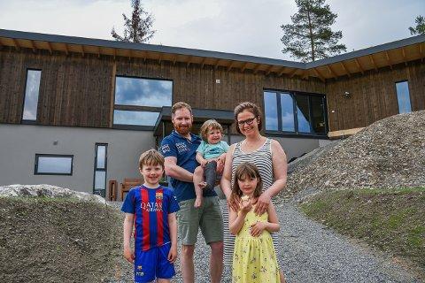 Fornøyde: James Mercer (39) med Magnus Eggen (2), Lene Eggen (39), Oscar Eggen (8) og Eva Eggen (6) er godt fornøyd med det nye huset.