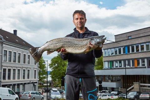 VINNER: Terje Nordli ble dreggemester da han dro opp en mjøsørret på 7,17 kilo under Mjøsa Ørretfestival.