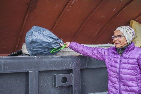 Gjenvinning: Istedet for at plastikkposene med hundemøkk skulle bli liggende i naturen leverte Bodil Fonås de på gjenvinningstasjonen.