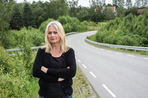 Ann-Sissel Bekkelund reagerer på den høye hastigheten mange holder på Rennbergsvegen, og at trafikken langs veien fortsetter å øke.