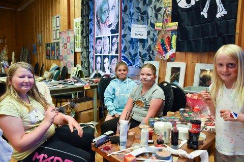 SMINKE: Thea Olsen, Mille Dupdal Olsen, Linnea Olsen og Maja Rusaanes lekte seg med skummel sminke og ansiktsmaling.