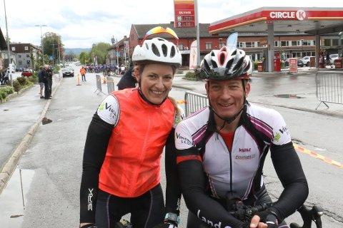 VELTET LIKE FØR MÅL: Tine Jørgenstuen (41) veltet stygt like før mål da hun syklet Lillehammer-Oslo.  - Jeg var heldig at det ikke gikk verre, sier hun. Her sammen med samboer Stein Hallvard Wollheim fra Randsfjorden rundt i mai.