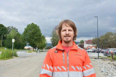 LETTERE TILGJENGELIG: Stig Floberghagen er sykkelkoordinator i Statens Vegvesen, og ønsker at det skal bli mer attraktivt og lettere tilgjenglig å bruke sykkel som transpotmiddel i Brumunddal.