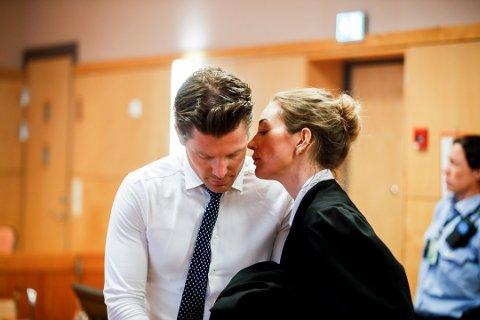 FORSVARERE: Den tiltaltes forsvarere, Christian Flemmen Johansen og Ida Andenæs, la fram fire videoer for retten onsdag.