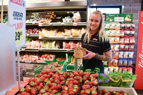 NULL PROBLEM: Butikkmedarbeider Maria Iversen Stordahl (21) på Spar Sveum forteller at de ikke har noen problemer med at folk tar seg til rette i jordbærkurvene.