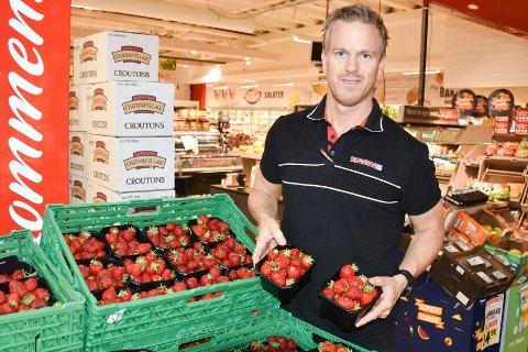KJØPMANN: Edvard Børresen hos Eurospar på Mølla forteller at kundene ikke plukker og spiser av jordbærkurvene der.