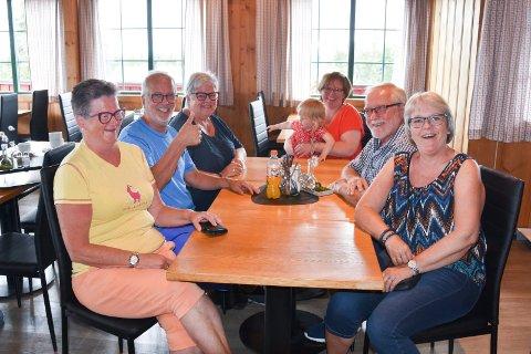 FASTE GJESTER: Fra venstre: Sissel Olsen (64) fra Brumunddal, Knut Bratlie (62) fra Brumunddal, Marit Nilssveen (62) fra Moelv, Oda Nilssveen (39) og Ingebjørg Iverslien (1) fra Gausdal, Svein Arne Sveen (64) fra Moelv og Grethe Kongssund Sveen (59) fra Moelv.