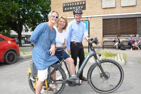 Kommunesykler: Ole Roger Strandbakke  jobber for å få på plass en ordning hvor kommunesansatte kan lease sykkel av arbeidsgiver. Blant annet elsykkel.  Kollegene Sigrid Langsjøvold og Heidi Karlsen synes det er en god ide.