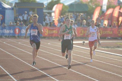 NESTEN: Jørgen Kåshagen (200) holdt Karsten Warholm bak seg i ca 340 meter på 400-meteren fredag kveld. Lørdag møtes de til ny duell i finalen på distansen.