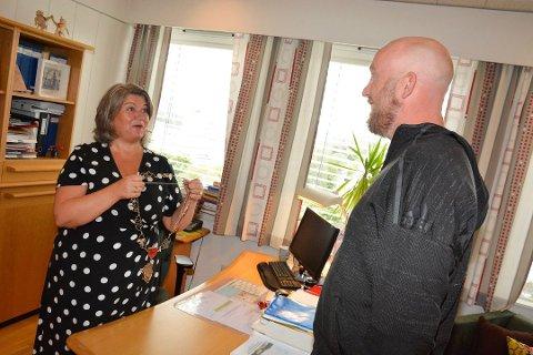 TROR PÅ ANITA: En bookmaker tror Anita Ihle Steen (Ap) får fortsette som ordfører i Ringsaker, og at Odd-Amund Lundberg (Sp) dermed må finne noe annet enn ordførerkjedet å smykke seg med.