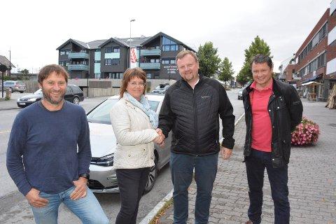 Enige: Erik Haugen (til venstre) Eivor Øien og Syver Kyllingstad (t.h) i idrettslagene Moelven og Næroset er bltt enig med prosjektdirektør Øyvind Moshagen i Nye Veier AS Innlandet om innløsning av Domstubakken.
