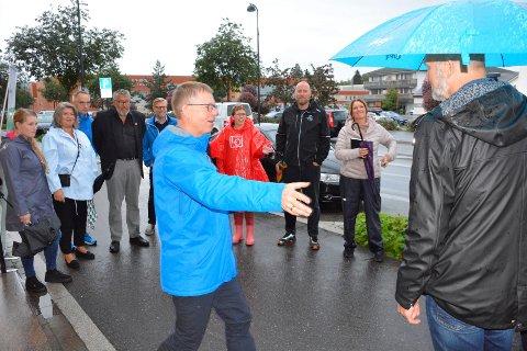 Møte: Regiondiretør Jon Kristiansen spleiset politikere (i bakgrunne) og lokalt næringsliv for en liten spasertur med prat torsdag morgen i Brumunddal.