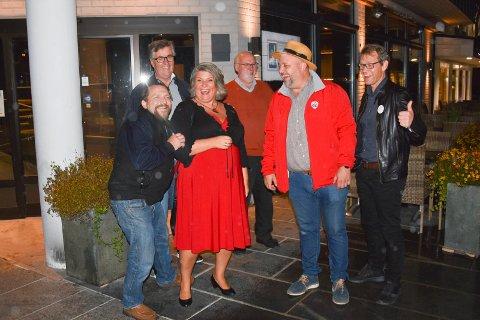 JUBEL: Det var ikke mange igjen, men de som holdt ut på Aps valgvake på Hjørnet i Brumunddal sentrum, var i strålende humør da Anita Ihle Steen stakk bortom i 01.00-tiden natt til tirsdag.