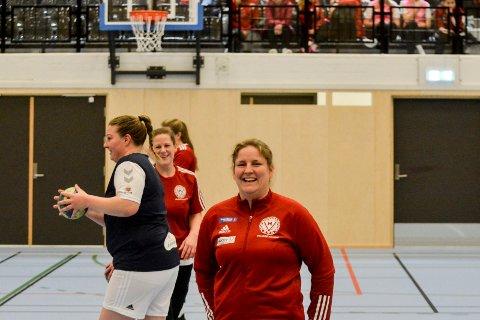 JUBILANT: Veldre-trener Hanne Gimse feiret 40 år lørdag, og seier i lokaloppgjøret i ny hall søndag.