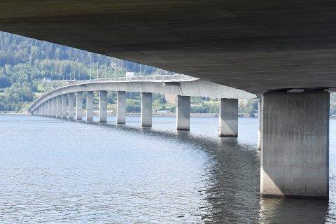 MJØSBRUA: Er ofte brukt som et symbol på noe som binder de tidligere fylkene Hedmark og Oppland sammen, det samme er Mjøsa.