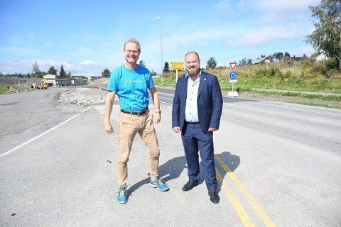 JUBELEN STILNET: Her er Tor André Johnsen og Truls Gihlemoen i Frp avbildet da samferdselministeren ba om utredning med sikte på å fjerne sidevegsbommer. Med Frp ute av regjering er Johnsen usikker på om det går gjennom.