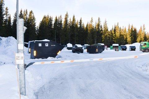 Fjellsøppel:  På avfallsplassen Beinstigen mellom Sjusjøen og Mesnali er det på stell med kildesortering. Containere utplassert ellers i fjellet har ikke samme mulighet.. Det kan det bli slutt på. Differensiert søppelavgift for ulike typer hytter blir det også slutt på fra i år.