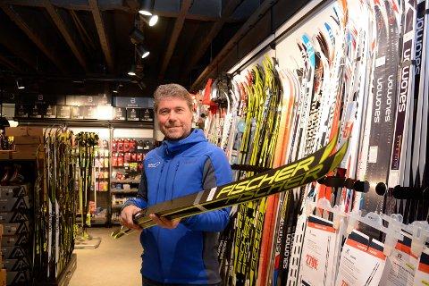HAR ØKT: Tor Erik Svendby ved Sport 1 i Brumunddal gleder seg over økt skisalg.