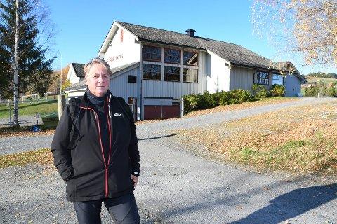 Venter i spenning: Åse Karin Sortåsløkken har langt fartstid som renholder på Lismarka skole og i bygdas barnehage.