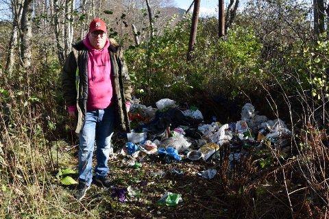 SØPPELDUMPING: Marius Andrè Fylling oppdaget lørdag kveld at noen har slengt fra seg en stor mengde søppel langs Ånnerudvegen.