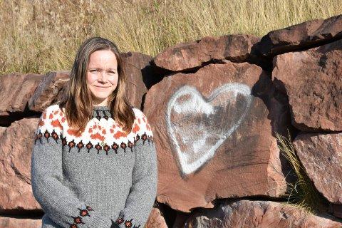 SPESIELL GRUNN: Denne stenen med hjerte på betyr mye for Anita Larsen (36) fra Veldre. Snart får hun den tilkjørt. Les hvorfor.