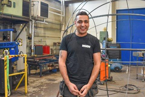 SMILER: Bashir Othman fra Syria har oppfylt drømmen om å få seg jobb som sveiser i Norge.