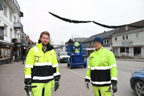 MOELV: Emil Lund Kleven (t.v.) og Pål Christoffersen fra teknisk drift i kommunen er blant dem som tirsdag formiddag pynter Moelv.