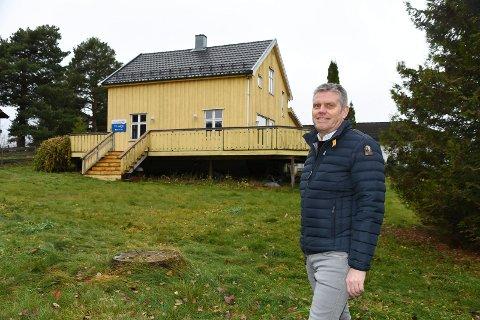 Klar for visning: Eiendomsmekler Jan Erik Dahlsveen sier at det er svært sjelden en sentrumsnær eiendom med bolighus og eiet tomt har en prisantydning på 1,6 millioner kroner. Boligen har riktig nok behov for oppgradering.