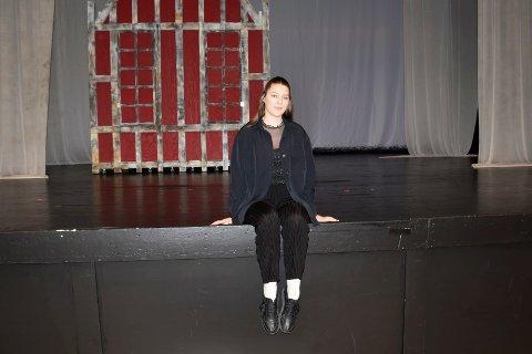 REGISSØR: Under forestillingene i Teatersalen denne uken har Nina Lilleengen fra Brumunddal vært bak scenen. Drømmen er å bli skuespiller.