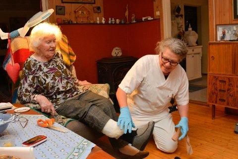 Positiv: Aud Godager (92) trenger litt hjelp i hverdagen. Det bidrar Kristin Skaug i hjemmesykepleien med, men å holde seg i form fikser Aud sjøl.