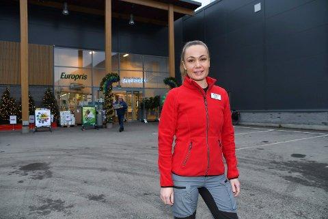 Ny på jobben: Andrèa Holter leder Europrisbutikken i Brumunddal. - Jeg stortrives, sier hun.