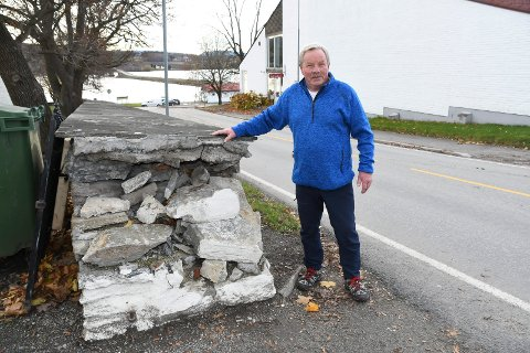 Lite fornøyd: Kirkemuren på Tingnes ble skadet for et drøyt år siden. Johan Lysaker og flere med ham venter fortsatt på at skadene skal repareres.