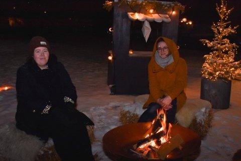 FORAN BÅLET: Hanne Karine Bjerklund Stykket og Linn Jeanette Mikulec bor i Rostad 1 Borettslag i Brumunddal. De synes det er koselig at det gjøres litt ekstra denne adventstiden.