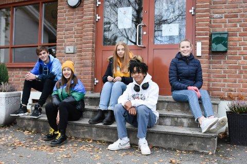 PROSJEKTGRUPPA: Denne gjengen har laget en film for ungdommen i Ringsaker kommune. F. v.: Victor Berg Kristiansen, Julia Siedlikowska, Mathilde Hatterud, Malik Lund Edo og Kaja Buraas.