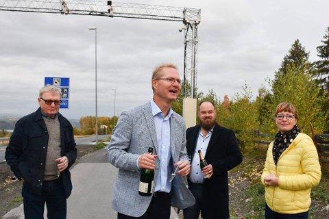 2. OKTOBER: Denne datoen ble det opplyst at bommene på Furnesvegen ville bli skrudd av, fram til 2022. Fortsatt koster det å passere, og slik vil det trolig være til etter 17. desember. Fra venstre: Oluf Maurud (KrF), Tor André Johnsen (Frp), Truls Gihlemoen (Frp) og statssekretær Ingelin Noresjø (KrF).