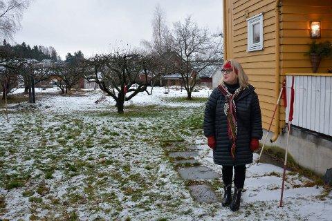 Ny veg: Adkomstveg og gangveg er planlagt rett gjennom hagen til Berit Viken. Det vil dele eiendommen hennes i to rett utenfor stueveggen hennes.