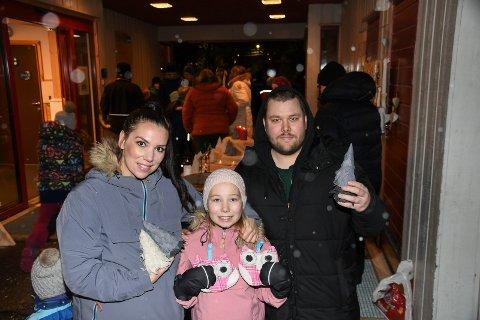 Sikret seg julegaver: I 20 år har elevene ved Lismarka skole arrangert salgsmesse. Torsdag kveld var det klart for årets utgave. Cecilie Halteigen, Sofia Lundsten og Steffen Lundsten sikret seg flotte julegaver.