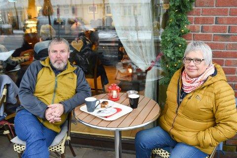 MERKELIG: Svein og Kirsti Djupvik mener det er merkelig at Brumunddal på oppløpssiden har blitt byen der det blir anbefalt å bygge Mjøssykehuset.