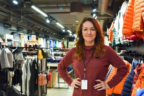 TILBAKE I JOBB: Etter å ha vært sykemeldt i to år er Hanne Fossum tilbake i jobb på Sport 1 på Mølla i Brumunddal.