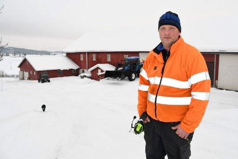 Bekymret: Mjølkebonde Guttorm Ingberg håper strømmen snart kommer tilbake.