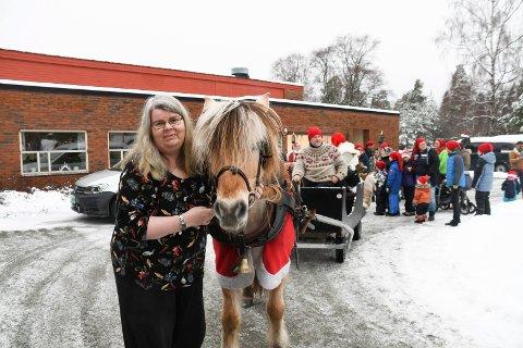 Glad: Kari Amundsen er en av rundt 60 beboere på Moelv bo- og aktivitetssenter. Lørdag fikk de svært hyggelig besøk av nissebarna til Ringsaker Røde Kors. Med i følget var også en hest.