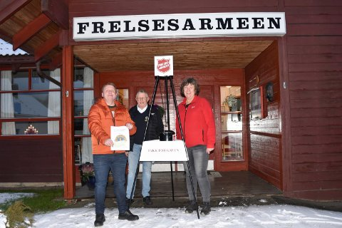 RAUS GAVE: Lions Club Ringsaker gir 10 000 kroner til Frelsesarmeen. Fra venstre: Magnar Sætre, Børre Skjønsberg og Line Ørbekk.