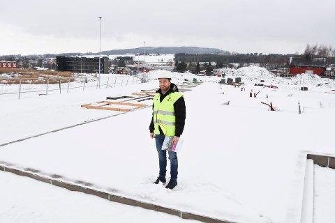 HER BLIR DET BOLIGER: Christian Melsom Andresen fra Trysilhus på plass i Nydalsenga, der selskapet over nyttår starter byggingen av rekkehusleiligheter med ti boenheter.