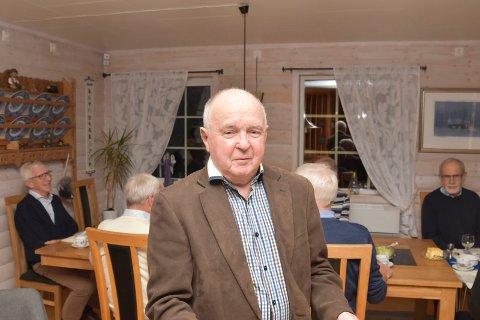 ORGANISATOR: Brumunddølen Arne Pedersen (82) sørger for at karene, som har trent sammen og holdt sammen siden 70-tallet, hver tirsdag får ei skikkelig økt. Denne tirsdagen var det god mat og godt drikke som sto på programmet.