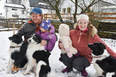 HELE FAMILIEN: Ole-Henrik og Ingrid Kjærnes Holen sammen med døtrene Sofie og Vilde. Deres tre Border Collier Raisa, Bill og Tess er også en del av familien.