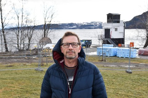VIL IKKE HA ALKOHOLSERVERING: Pensjonistpartiets Helge Vestheim foran området i Mjøsparken der det nå bygges og klargjøres for et serveringssted. Vestheim er kritisk til at det åpnes for alkoholservering.