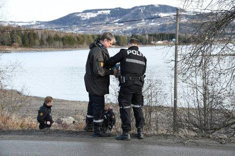 SØK: Politiets etterforskning pågår for fullt etter ransforsøket i Brumunddal lørdag. Her søker de i området tirsdag.