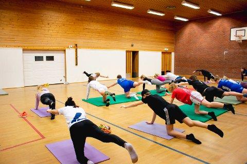 Aktivitet: Elever på tiende trinn ved Brumunddal ungdomsskole trener yoga med fysioterapeut Monica Cae.