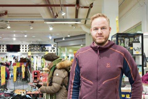 KJEDELIG: Daglig leder i Sporthuset Outlet i Brumunddal Kent Inge Skogen forteller at det var kjedelig å få beskjeden om at butikken legges ned.